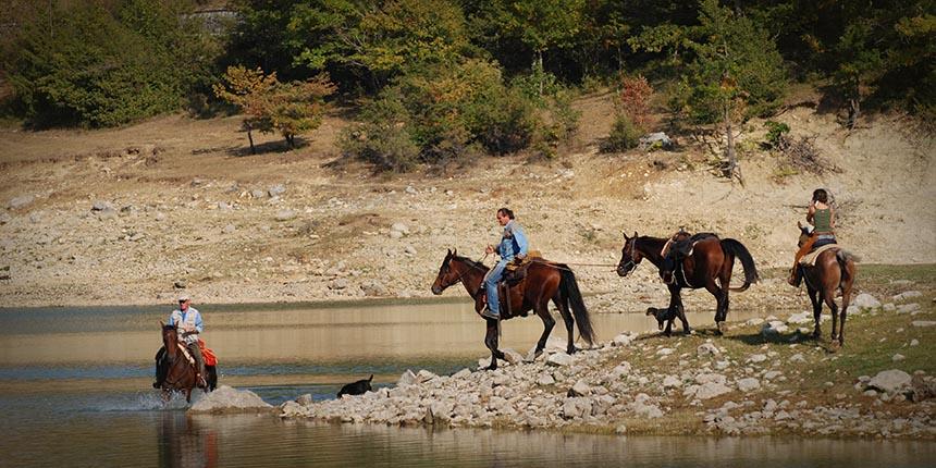 Cavalieri vicino al lago