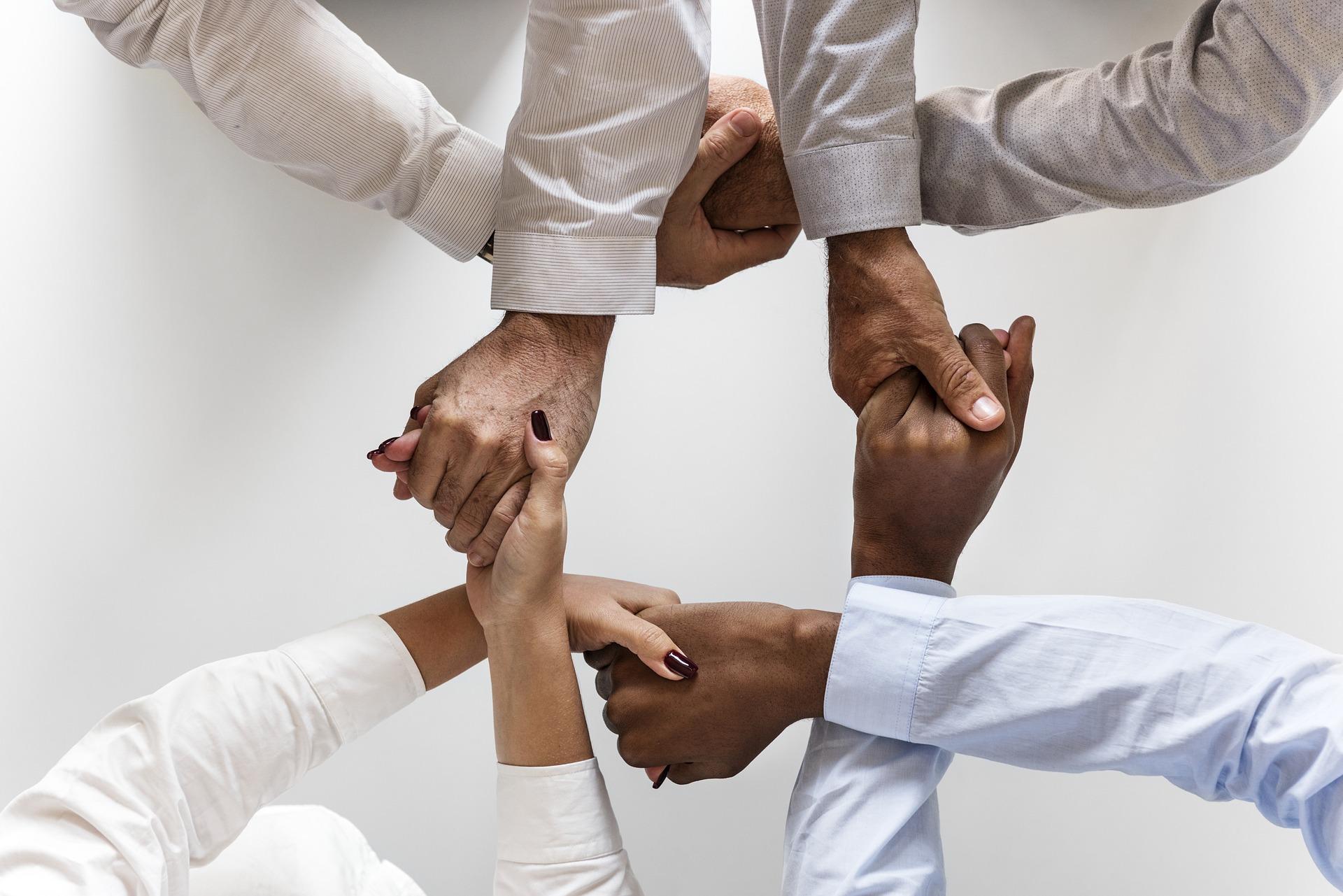 Mani di diverse culture unite